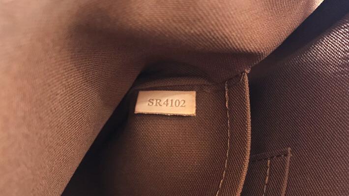 製造番号はバッグや財布の内部に打刻されていて、外からは見えません。大体が内部のわかりづらい場所にあります