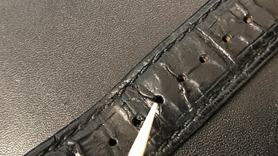 革ベルトの時計を使ったあとは必ず、表面の皮脂汚れや湿気などを除去しましょう