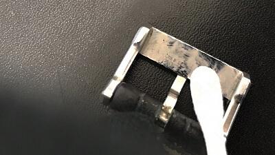 ベルトの穴は爪楊枝や綿棒で汚れを掻きだし