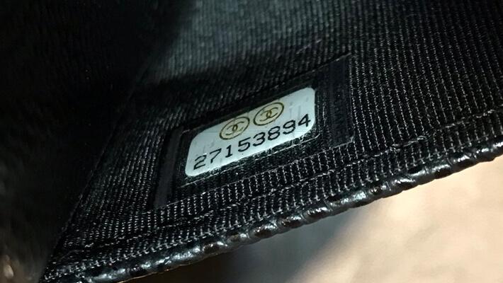 シャネルのバッグ(や財布など)の内部にはシリアルシールが貼ってある