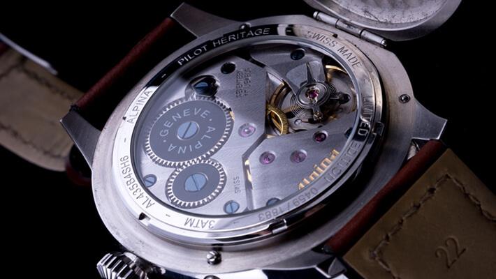 ブラシやクロスなど、身近な道具を使ってできる腕時計の簡単お手入れ