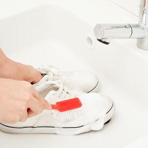 お手入れは丁寧に!スニーカーの洗い方&臭い対策方法